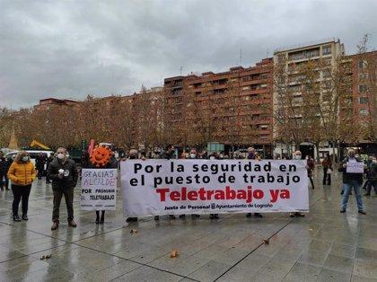 """Funcionarios del Ayuntamiento de Logroño se concentran para protestar por las """"pésimas"""" medidas en prevención COVID-19"""