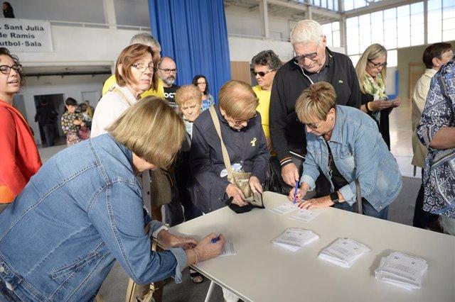 Els ciutadans voten simbòlicament a Sant Julià de Ramis (Girona) en l'aniversari del referèndum de l'1-O