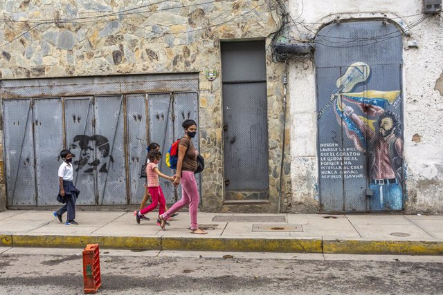 Personas paseando en una calle de Caracas