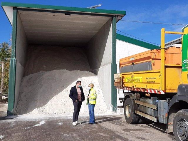 La delegada de Fomento de la Junta en Almería frente a una tolva de sal