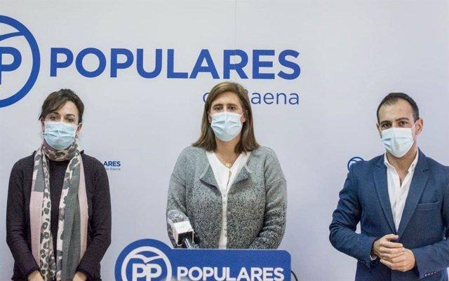 Cristina Piernagorda, entre los dirigentes de su partido María Luisa Ceballos y Félix Romero, en la sede del PP de Baena, en una imagen de archivo.