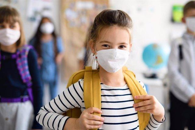 Niña Con Mascarilla Que Regresa A La Escuela Después De La Cuarentena Causada Por La Pandemia De La Covid-19.