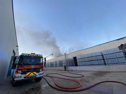 Sofocado un incendio en una nave industrial de Alcalá que almacena productos de limpieza