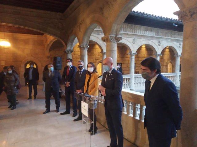 El alcalde de León, José Antonio Diez, acompañado por la ministra de Industria, Comercio y Turismo, Reyes Maroto, el delegado del Gobierno en Castilla y León, Javier Izquierdo, o el consejero de Fomento y Medio Ambiente, Juan Carlos Suárez-Quiñones.