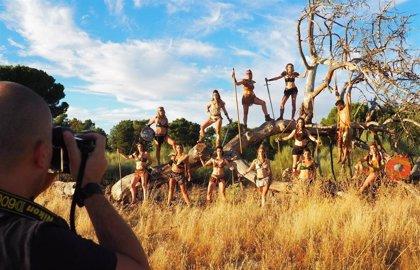 El calendario solidario 'Sonrisas de Pedrajas' desnuda a 126 personas contra el cáncer infantil