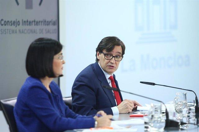 El ministre de Sanitat, Salvador Illa (d), al costat de la ministra de Política Territorial i Funció Pública, Carolina Darias, compareixen en roda de premsa després de la reunió del Consell Interterritorial del Sistema Nacional de Salut, a Madrid (Espanya