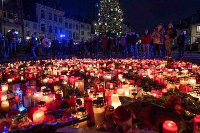 Residentes de Tréveris dejan flores y velas para honrar a las víctims del atropello múltiple.