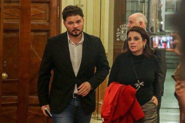 El portavoz de Esquerra Republicana (ERC) en el Congreso, Gabriel Rufián, y la portavoz del PSOE en el Congreso Adriana Lastra abandonan la sesión Plenaria en el Congreso de los Diputados el 11 de febrero de 2020.