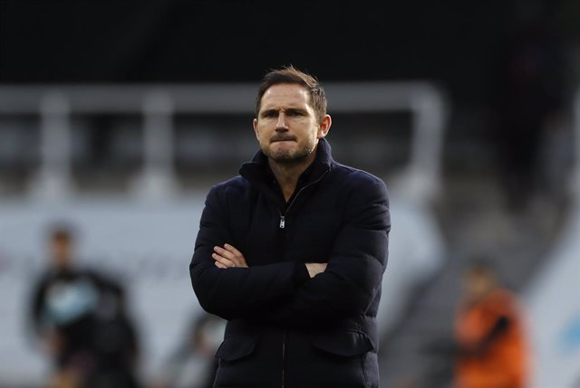 21 November 2020, England, Newcastle: Chelsea manager Frank Lampard inspects the pitch ahead of the English Premier League soccer match between Newcastle United and Chelsea at St James' Park. Photo: Lee Smith/PA Wire/dpa
