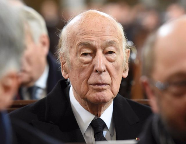 FILED - 23 November 2015, Hamburg: Former French President Valery Giscard d'Estaing (C) attends the funeral service for former German Chancellor Helmut Schmidt. D'Estaing has died at the age of 94, French news agency AFP reported late Wednesday citing sou