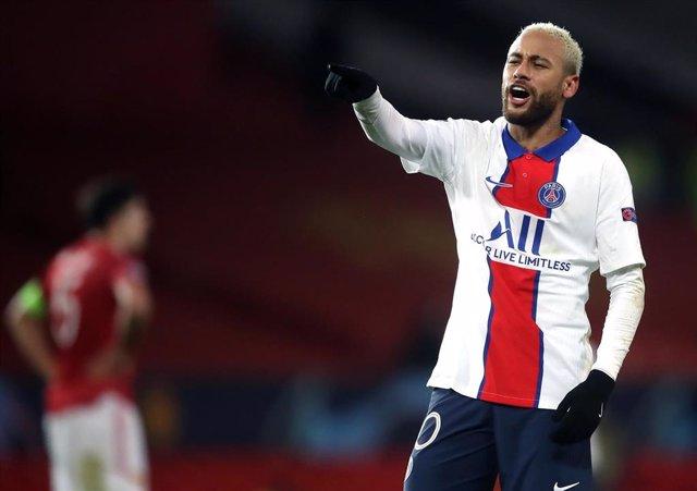 Neymar Junior celebra un gol, de los dos que marcó, ante el Manchester United en la Champions League