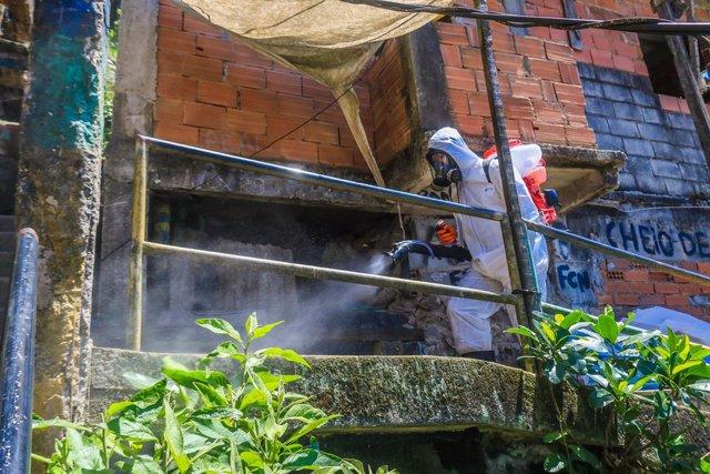 Labores de desinfección en la favela de Santa Marta, Río de Janeiro, Brasil.