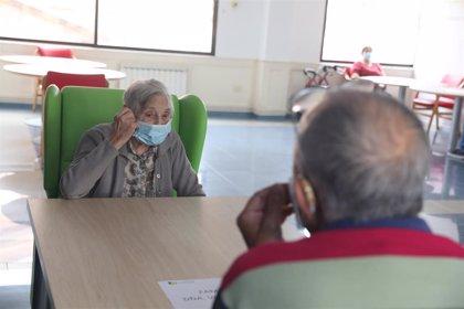 """Amnistía denuncia """"violaciones de derechos humanos"""" a mayores en residencias de España durante la pandemia"""