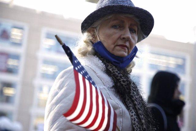 Una manifestante en una protesta contra las restricciones por el coronavirus en Nueva York