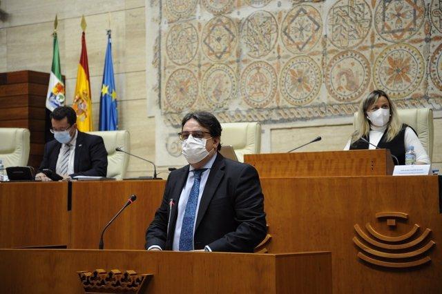 El vicepresidente segundo y consejero de Sanidad y Servicios Sociales de la Junta de Extremadura, José María Vergeles, en su comparecencia en la Asamblea para informar sobre la situación de la Covid-19 en la región