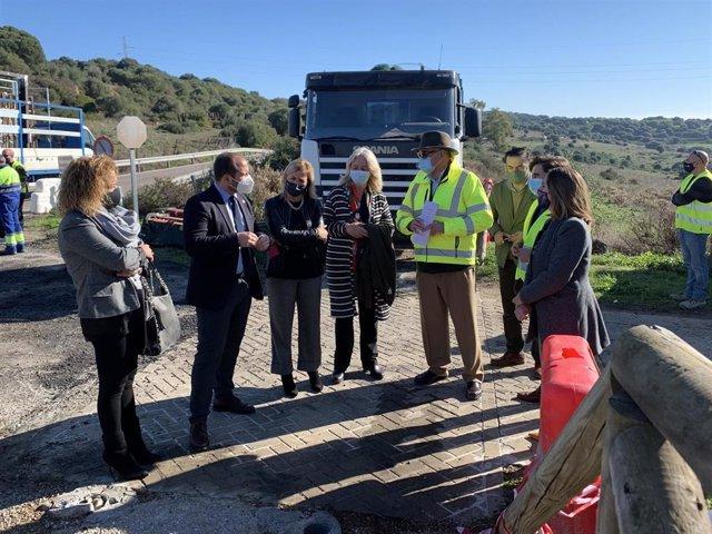 Mercedes Colombo en una de las obras de las carreteras intervenidas en el Campo de Gibraltar