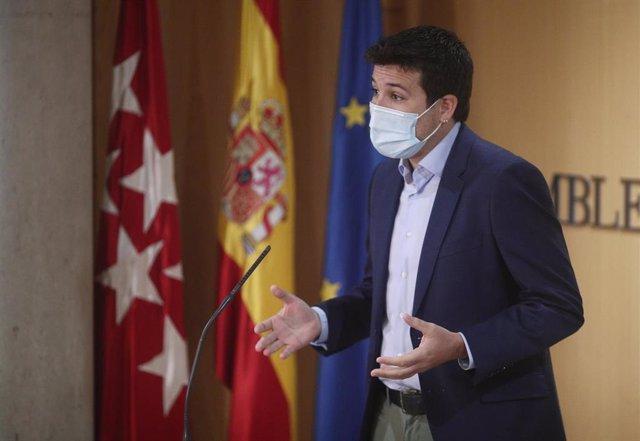 El portavoz de Más Madrid en la Asamblea de Madrid, César Zafra, en una sesión de control al Gobierno en la Asamblea de Madrid (España), a 5 de noviembre de 2020.