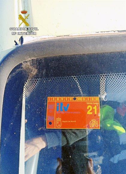 Investigan a un conductor por un delito de falsedad documental de la pegatina de la ITV
