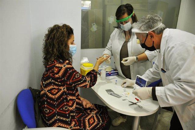 Un paciente se somete a un test de covid-19