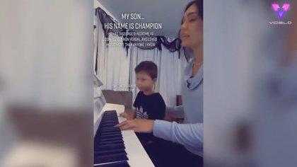 Madre e hijo comparten un momento especial junto al piano que se hecho viral con casi medio millón de visitas en TikTok