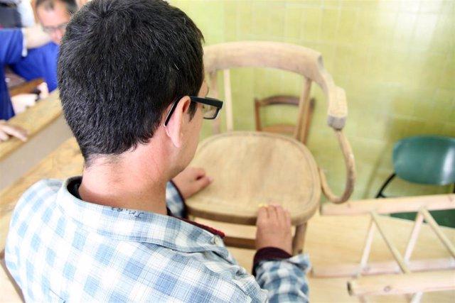 Una persona con discapacidad empleada en uno de los centros de la Orden de San Juan de Dios.