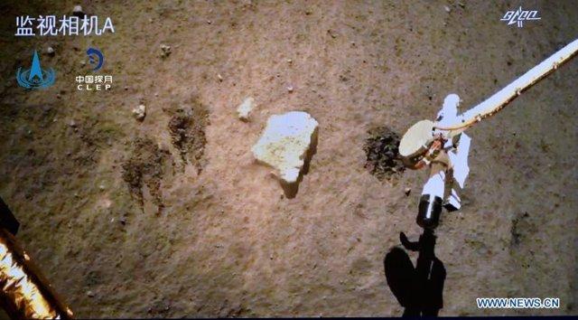 Imagen de la toma de muestras lunares por la sonda Chang'e 5