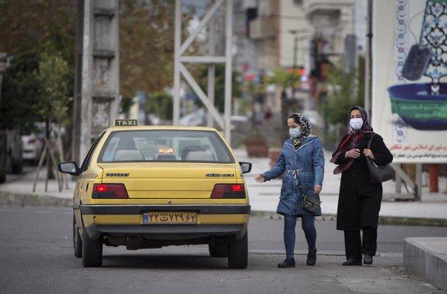 Mujeres con mascarilla en Tonekabon, Irán