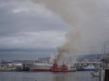 Declarado un aparatoso incendio en un buque amarrado en el puerto vigués de Bouzas, en el que no hubo heridos