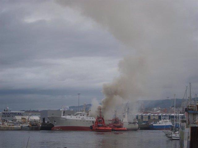 El buque congelador Baffin Bay arde en el Puerto de Bouzas, en Vigo.