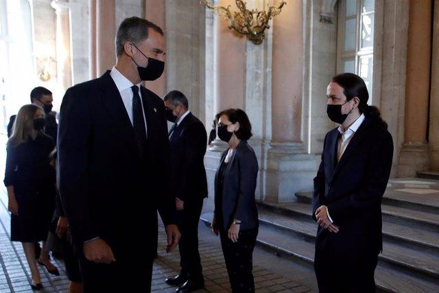 El rey Felipe VI, acompañado de la reina Letizia, la Princesa de Asturias y la infanta Sofía, saluda al vicepresidente segundo del Gobierno, Pablo Iglesias, en presencia de la vicepresidenta primera, Carmen Calvo, durante homenaje de Estado a las víctimas