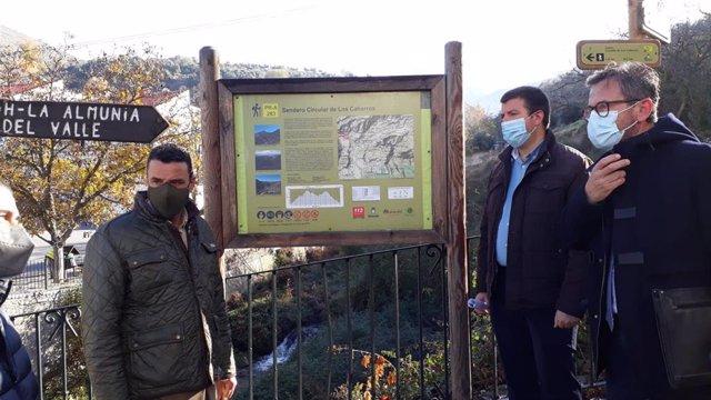 El delegado territorial de Turismo, Regeneración, Justicia y Administración Local de la Junta en Granada, Gustavo Rodríguez, en una visita a Monachil, con el alcalde, José Morales