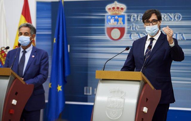 (I-D) El presidente de Cantabria, Miguel Ángel Revilla, y el ministro de Sanidad, Salvador Illa, ofrecen una rueda de prensa tras su reunión en la sede del Ejecutivo cántabro, en Peña Herbosa, Santander
