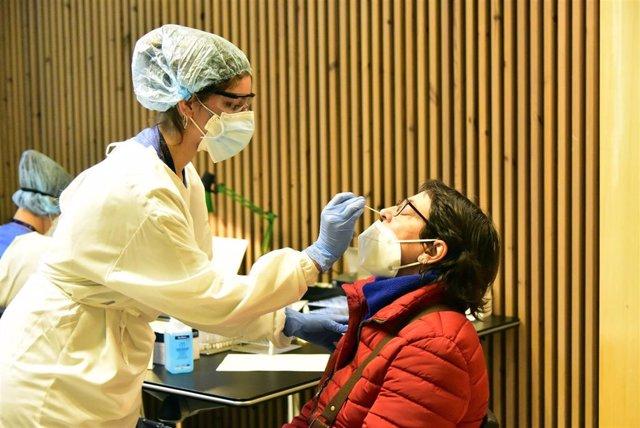 Una profesional sanitaria realiza un test de detección de coronavirus (Archivo)