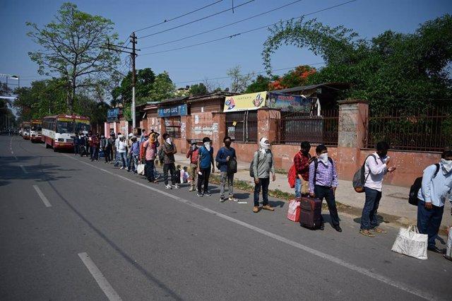 Imagen de archivo de estudiantes esperando el autobús en Prayagraj, en el estado de Uttar Pradesh