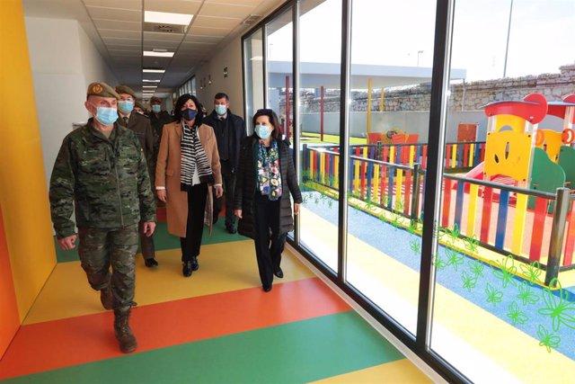 La ministra de Defensa, Margarita Robles, en una visita a la escuela infantil de la base de El Goloso (Madrid)