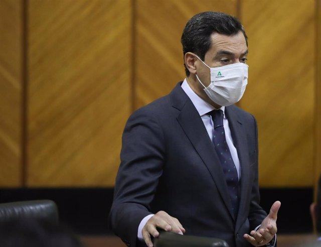 El presidente de la Junta de Andalucía, Juanma Moreno, en el Pleno del Parlamento.