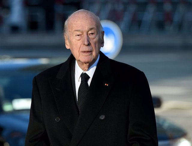 FILED - 23 November 2015, Hamburg: Former French President Valery Giscard d'Estaing, arrives to attend a state ceremony for the late former GErman Chancellor Schmidt. Former French president Valery Giscard d'Estaing returned home on Thursday after a three