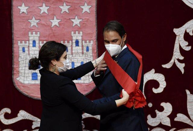 La presidenta de la Comunidad de Madrid, Isabel Díaz Ayuso, entrega al tenista Rafael Nadal la Gran Cruz de la Orden del Dos de Mayo en la Real Casa de Correos, en Madrid (España), a 3 de mayo de 2020. El Gobierno regional otorga este reconocimiento al ca