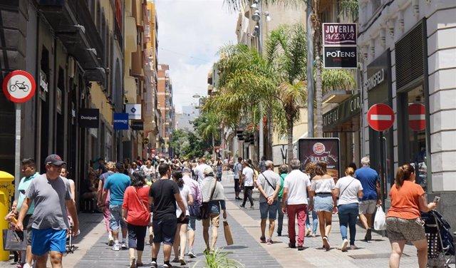 Gente paseando por la Calle Castillo