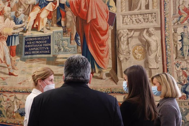 La Reina Letizia inaugurando la exposición 'Rafael en Palacio. Tapices para Felipe II'