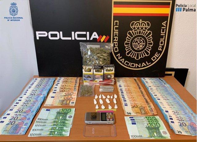 Diversas cantidades de dinero y sustancias estupefacientes que se intervinieron durante el registro.