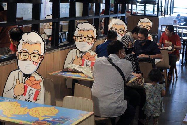 El interior de un local de KFC en Yakarta