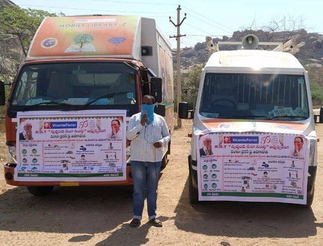 La Fundación Cajasol y la Fundación 'la Caixa' ponen en marcha 'Bibliobuses' en el sur de India.