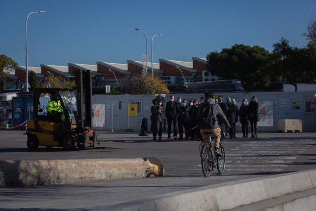 Un hombre circula en bicicleta durante la presentación del proyecto '5G Anti Collision' en Mercabarna, en Barcelona (España), a 3 de diciembre de 2020. La presentación de la prueba piloto del proyecto '5G Anti Collision' tiene como objetivo evitar la coli