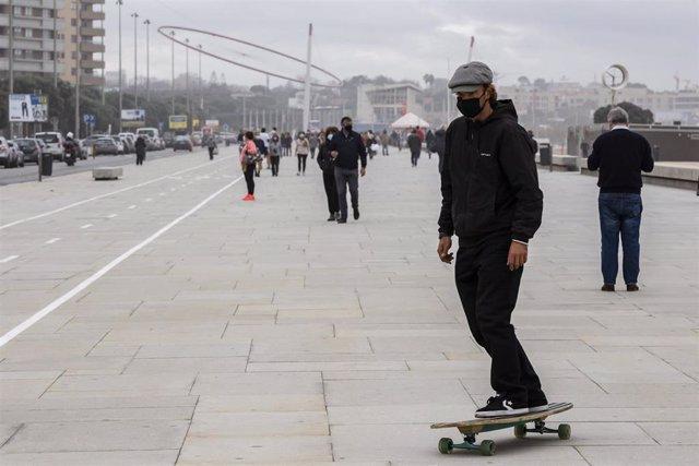 Personas con mascarilla en la localidad portuguesa de Matosinhos
