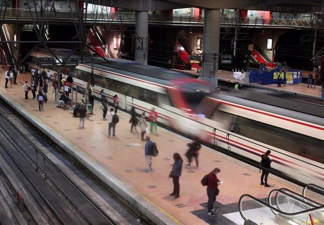 Pasajeros esperan en un andén de la Estación de Madrid-Puerta de Atocha Adif, en Madrid (España), a 28 de septiembre de 2020.