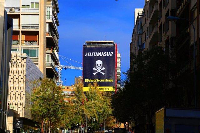 Lona desplegada en Madrid contra la eutanasia, de la campaña Vividores
