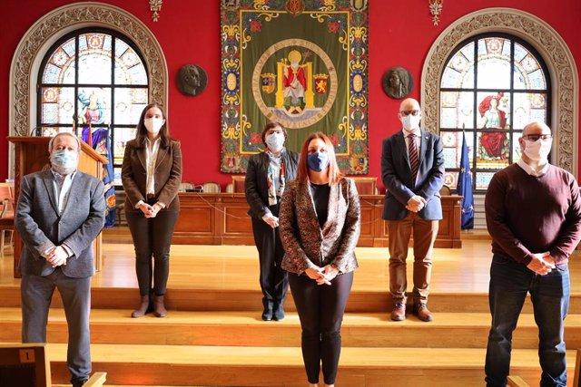En la sala Paraninfo, de izquierda a derecha, en la fila inferior: Antonio Antón, Rosa Monge e Iñaki Ochoa. En la superior, M.Ángeles Pérez, Blanca Ros y Ángel Lanas.