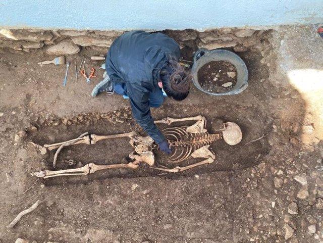 La Generalitat treu les restes d'un cadàver de la fossa dels Reguers, a Tortosa (Tarragona).