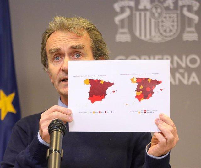El director del Centro de Coordinación de Alertas y Emergencias Sanitarias (CCAES), Fernando Simón, ofrece una rueda de prensa para informar sobre la evolución de la pandemia de coronavirus, en el Ministerio de Sanidad, Madrid (España), a 3 de diciembre d
